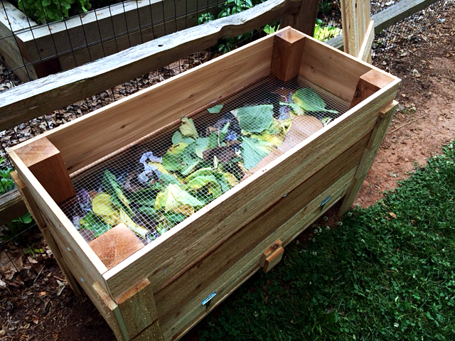 How to make our DIY worm bin-GrowingAGreenerWorld com